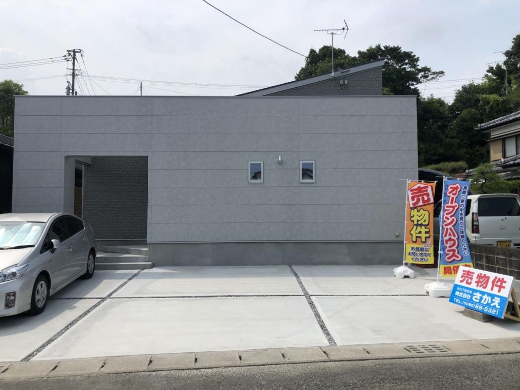 佐土原中学校まで150m!!佐土原町下田島の中心地での平屋住宅!生活環境がとても良い立地!駐車スペースも広々!西側には菜園スペースもあります!いつでも内覧できます!写真