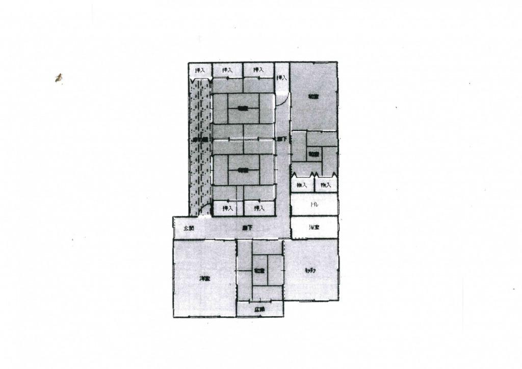 和風の平屋住宅です!築年数はたっていますが柱も太くしっかりした建物です!庭も広く駐車スペースも10台以上あります!写真