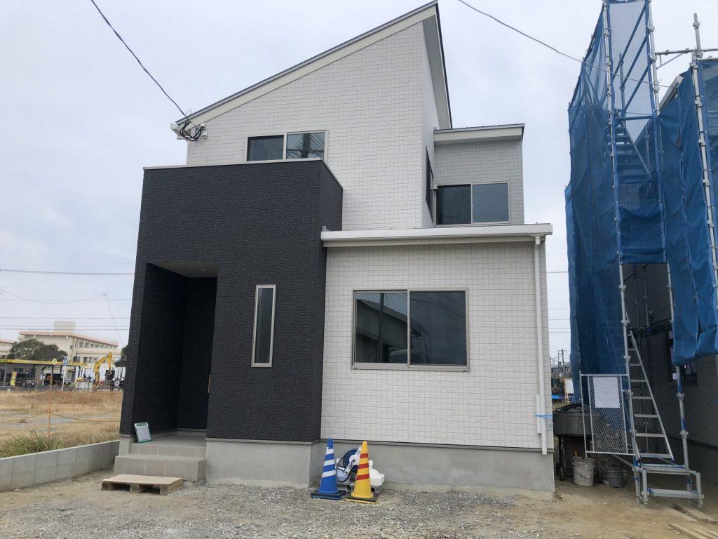 大人気の吉村町エリア!大型ストアを中心に洗練された街並みです!LDと一体利用可能な和室を設置した4LDK且つオール電化住宅です!外構工事込み!写真